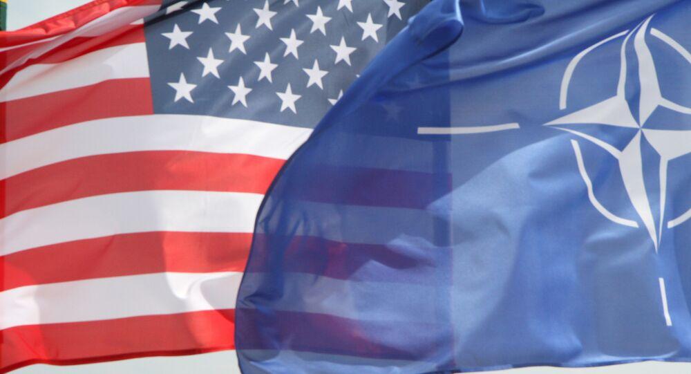 Bandeiras dos EUA e da OTAN em frente a caças F-22 Raptor da Força Aérea norte-americana, na Lituânia (imagem de arquivo)