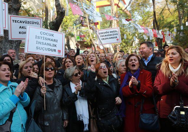 Mulheres protestam em Ancara contra anistia para pedófilos