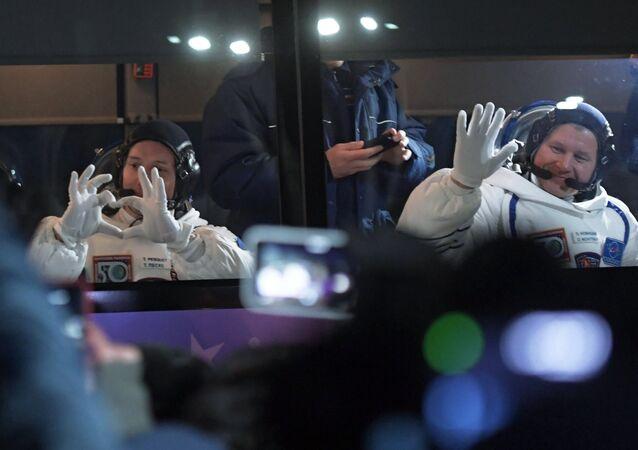 Cosmonauta Oleg Novitsky e astronauta Toma Peske antes do lançamento do foguete-portador a partir do cosmódromo Baikonur rumo à Estação Espacial Internacional (foto de arquivo)