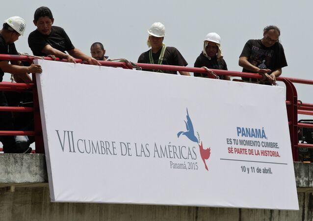 Trabalhadores preparam placa de anúncio da próxima Cúpula das Américas