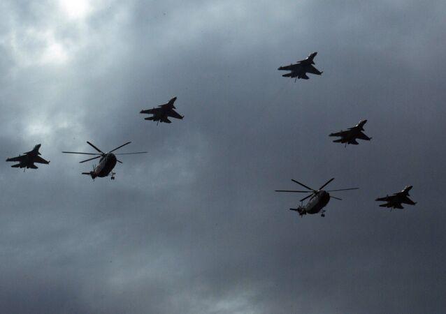 Caças J-16 da China voam em formação com helicópteros Mi-8 sobre Pequim
