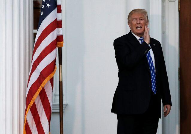 Presidente eleito dos EUA, Donald Trump, grita para os jornalistas junto à porta da sua mansão, em seu campo de golfe de Nova Jersey, em 19 de novembro de 2016