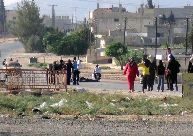 Civis deixando a cidade de Suran, na província síria de Hama (foto de arquivo)
