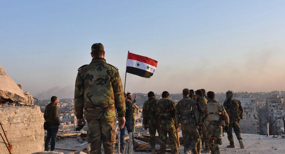 Tropas pró-governamentais ficam no telhado de prédio em Aleppo durante a operação de libertação da cidade do controle do Daesh, Síria, 28 de novembro de 2016