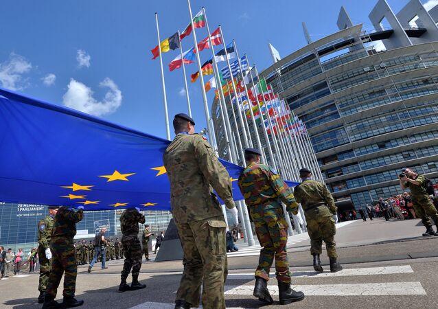 Soldados de um destacamento do Eurocorps carregam a bandeira da União Europeia para assinalar a sessão inaugural do Parlamento Europeu em frente ao Parlamento Europeu em Estrasburgo, no leste da França
