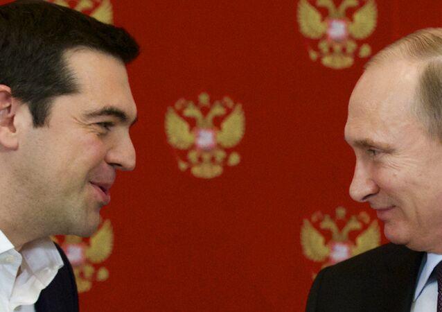 O primeiro-ministro grego, Alexis Tsipras, conversa com o presidente russo Vladimir Putin durante cerimônia no Kremlin
