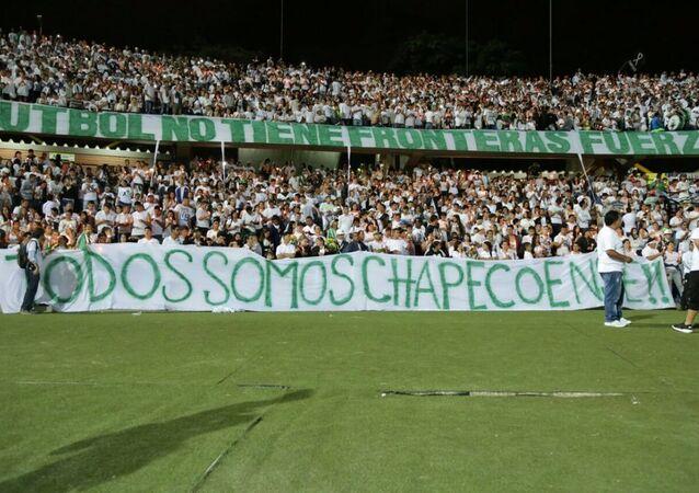 Torcedores do Nacional de Medellín prestam homenagem à Chapecoense