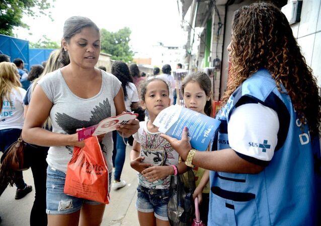Agentes de saúde passam orientações para adultos e crianças combaterem focos do mosquito