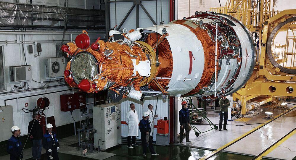Especialistas preparam o terceiro aparelho espacial de sensoriamento remoto da Terra Resurs-P para lançamento no cosmódromo de Baikonur