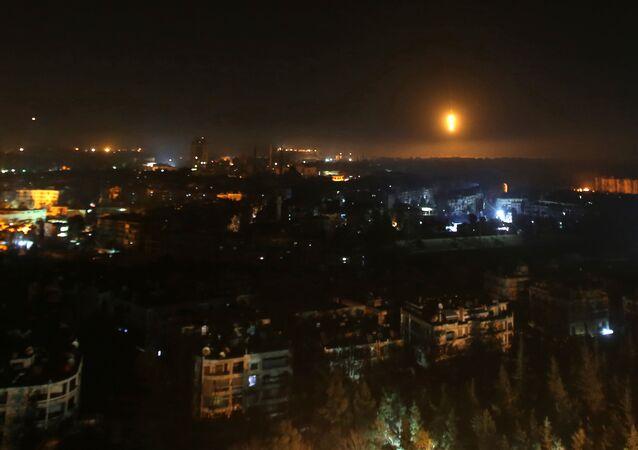Aleppo à noite, durante ataque das tropas sírias contra rebeldes na parte oriental da cidade, em 5 de dezembro de 2016