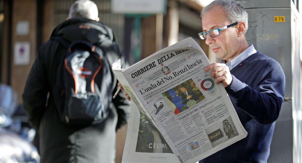 Um homem lendo o jornal italiano Corriere della Serra, em 5 de dezembro de 2016, após o fracasso do referendo
