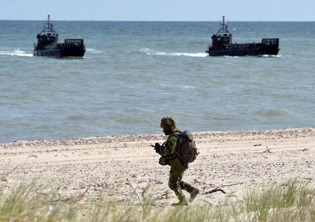 Tropas da OTAN realizam desembarque massivo de anfíbio na costa de Utska, na Polônia do Norte, durante os exercícios militares marítimos da OTAN BALTOPS (operações bálticas), em 17 de novembro de 2015, no mar Báltico.