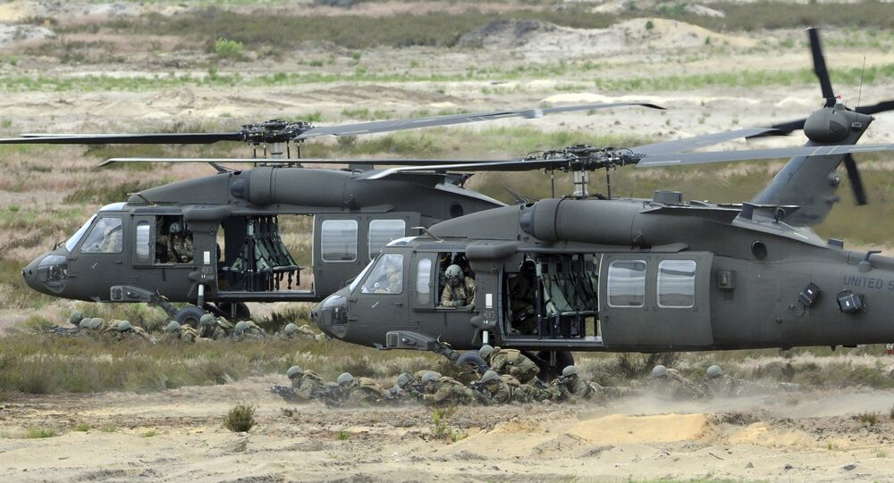Os helicópteros pretos do exército dos EU apoiam soldados durante o exercício 'Salto Nobre' da OTAN em uma escala de treinamento perto de Swietoszow Zagan, Polônia
