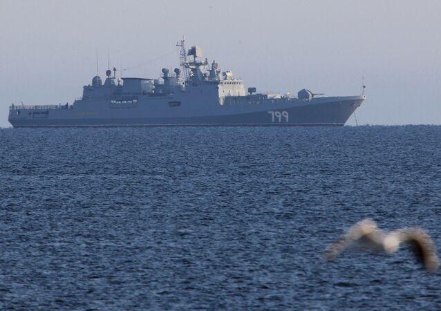 Fragata Admiral Makarov no fundeadouro de Baltiysk, região de Kaliningrado