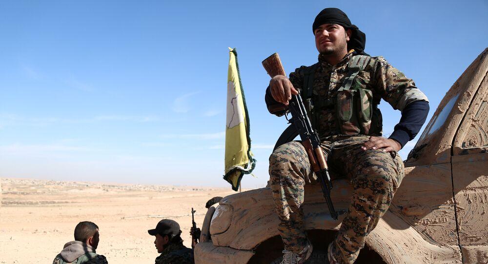 Combatente das Forças Democráticas da Síria (FDS) descansa ao norte de Raqqa (arquivo)