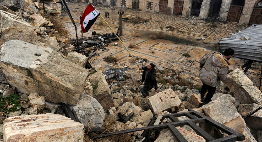 Membro das tropas governamentais hasteia uma bandeira da Síria em Aleppo (foto de arquivo)