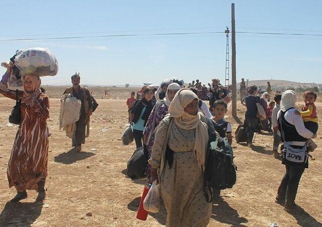 Civis saem de Raqqa através do corredor aberto pelas Forças Democráticas da Síria.