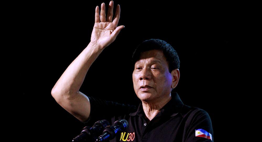 Presidente filipino, Rodrigo Duterte, discursa durante sua visita à cidade de Tarlac, em 11 de dezembro de 2016
