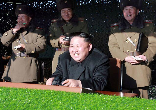 Líder norte coreano, Kim Jong-un, observa treinamento militar (a foto sem data foi divulgada pela agência de notícias central da Coreia do Norte em 11 de dezembro de 2016)