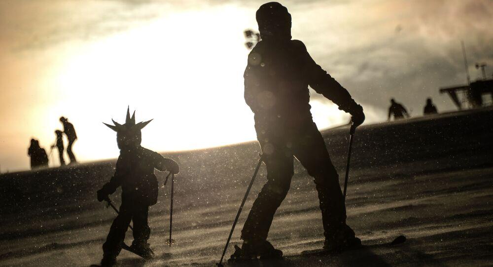 Pessoas esquiam (foto de arquivo)
