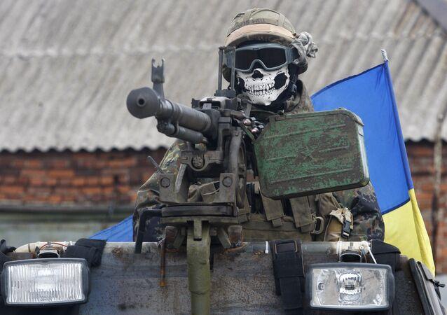 Um militar ucraniano vestindo uma máscara que descreve um crânio