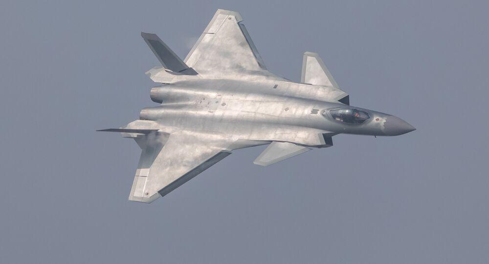 Caça furtivo chinês J-20 durante um show aéreo em Zhuhai, província de Guangdong, China, novembro de 2016