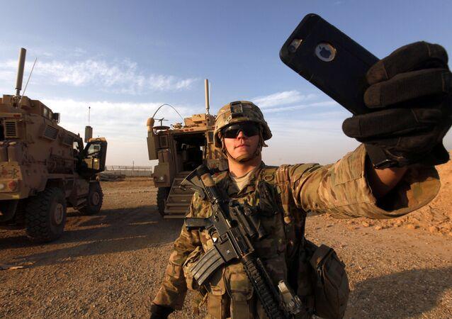 Soldado americano tirando uma selfie na base militar dos EUA em al-Qayyara, ao sul de Mossul em 25 de outubro de 2016
