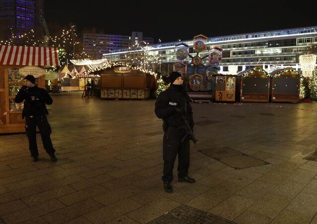 Policial no mercado de Natal após o ataque de um caminhão contra uma multidão em Berlim
