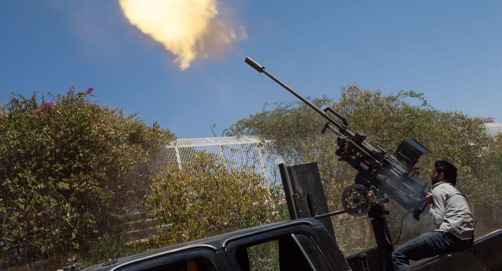 Um lutador rebelde dispara uma arma antiaérea de 23 milímetros de trás de um caminhão enquanto um avião da Força Aérea da Síria voa acima durante os confrontos entre os rebeldes e as tropas pró-governamentais nos arredores da cidade do norte de Aleppo