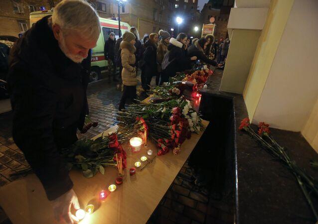 Pessoas depõem flores junto à sede do Ensemble Aleksandrov, em Moscou, após o acidente com o Tu-154 russo