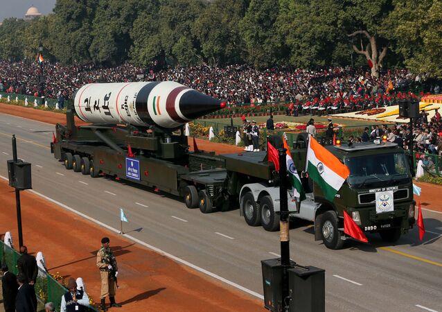 Míssil balístico de longo alcance Agni-V durante desfile militar em Nova Deli, Índia (foto de arquivo)
