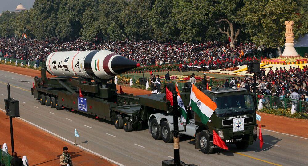 Míssil balístico de longo alcance Agni-V durante desfile militar em Nova Deli, Índia