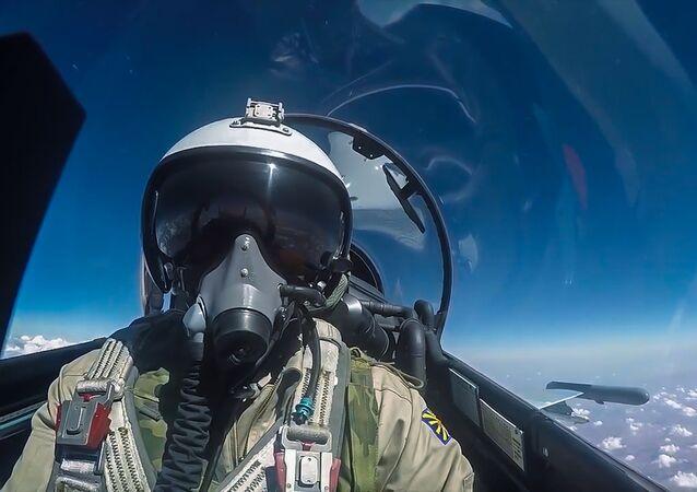 Piloto de caça russo Su-30 da Força Aeroespacial russa durante missão militar na Síria