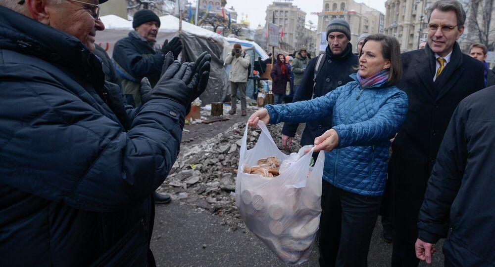 A subsecretária de Estado norte-americano Victoria Nuland e o embaixador dos EUA na Ucrânia Geoffrey Pyatt oferecendo biscoitos aos ativistas pró-europeus na praça da Independência em Kiev