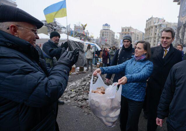 Victoria Nuland oferecendo biscoitos para rebeldes ucranianos que participaram do movimento de derrubada de Viktor Yanukovich
