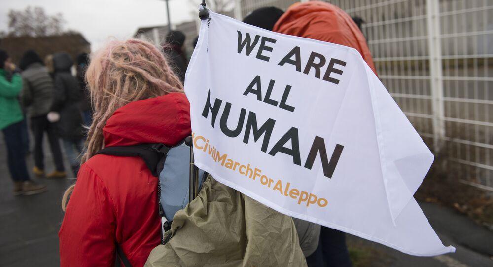 Os participantes da Marcha Civil para Aleppo partiram de um campo de refugiados com bandeiras brancas nas mãos