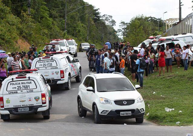 Familiares de detentos se reúnem em frente à penitenciária em Manaus