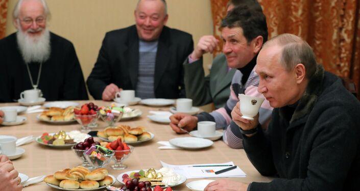 Na missa do Mosteiro de São Jorge, na região de Veliky Novgorod, estavam presentes pescadores da cidade com quem Putin se encontrou durante passeio pelo lendário lago de Ilmen