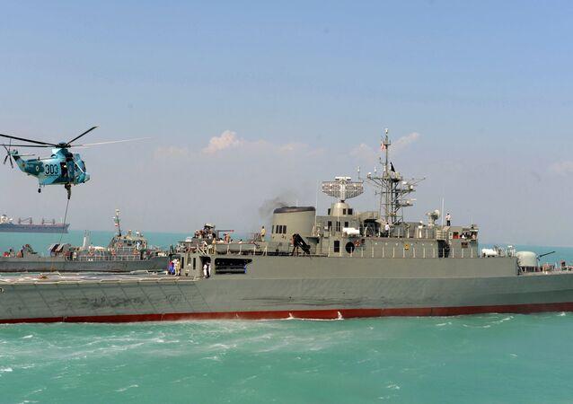 Destróier iraniano Jamaran no Golfo Pérsico (foto de arquivo)