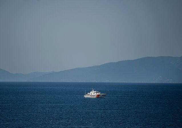 Lancha de guarda costeira patrulha a parte do mar Egeu entre a costa da Turquia e ilha grega de Lesbos, abril de 2016