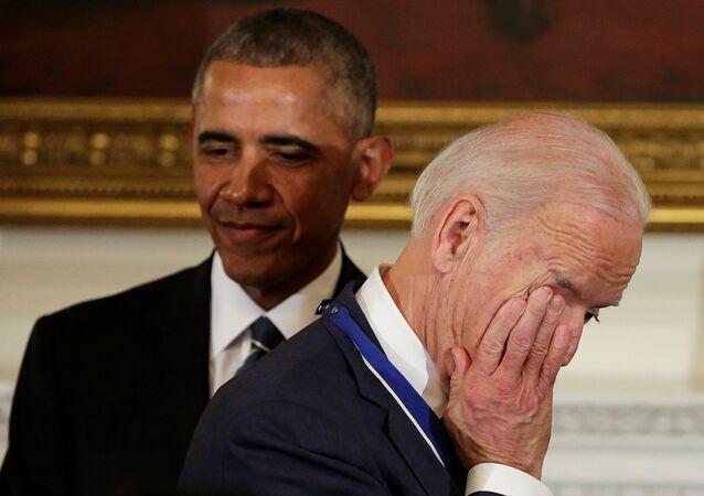 Barack Obama e vice-presidente Joe Biden durante a cerimônia de condecoração com Medalha Presidencial da Liberdade