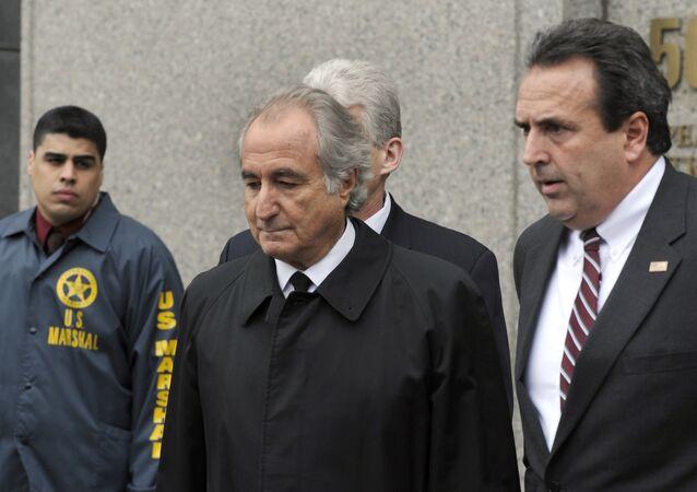 Financista Bernard Madoff deixa o Tribunal Federal dos EUA após uma audiência em 10 de março de 2009 em Nova York
