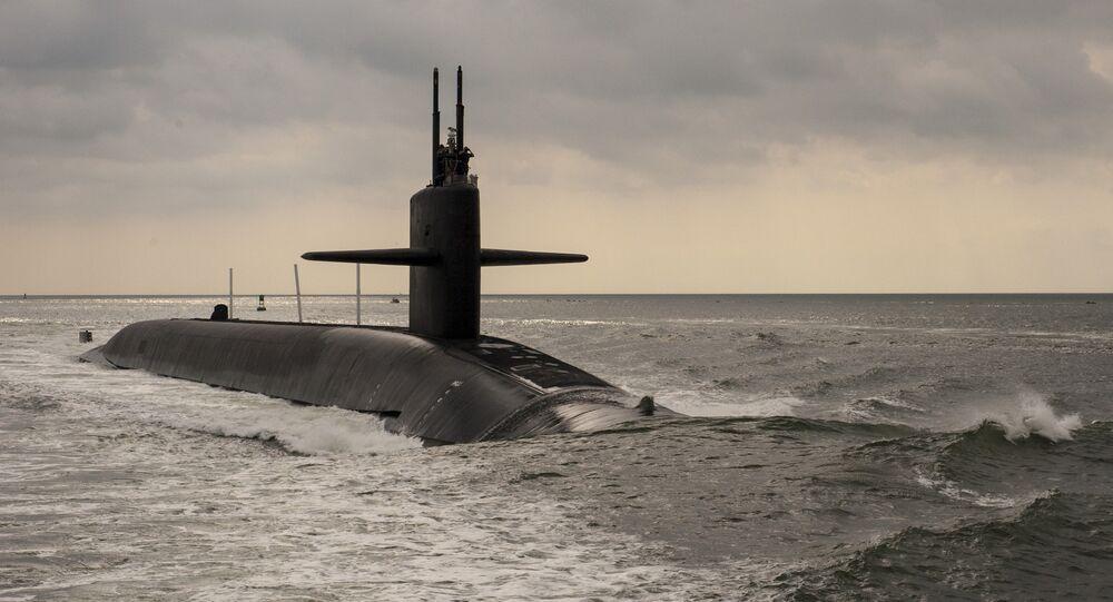 Submarino de mísseis balísticos da classe Ohio USS Maryland (SSBB 738) se deslocando pelo rio de Saint Marys