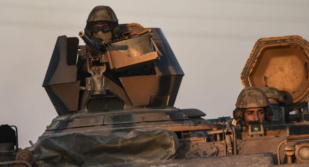 Soldados turcos em um tanque durante operação militar na fronteira turco-síria