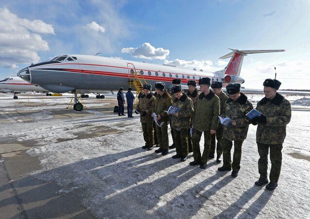 Os treinamentos dos militares russos na região de Chelyabinsk, a bordo do avião Tu-134