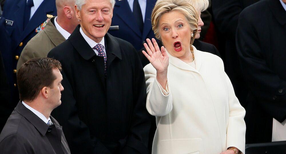 Ex-candidata democrata à presidência, Hillary Clinton, com seu marido, ex-presidente dos EUA, Bill Clinton, durante a cerimônia de posse de Trump, em 20 de janeiro de 2017