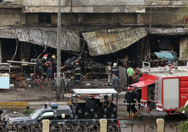 Forças de segurança inspecionam área atingida por ataque a bomba em Bagdá