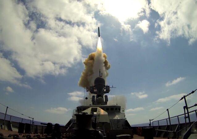 Um navio da Marinha russa lança o míssil Kalibr contra as posições do grupo terrorista Frente Al-Nusra no mar Mediterrâneo (foto do arquivo)