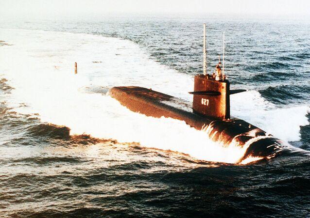 O submarino de mísseis balísticos USS James Madison (SSBN-627) norte-americano