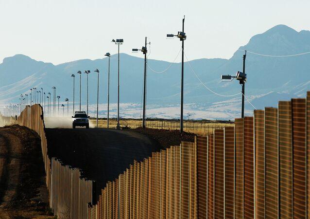 Veículo da patrulha norte-americana de fronteira avança ao longo da cerca entre EUA e México